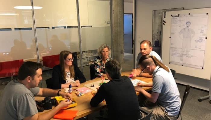 Besprechung der Personas am Tisch