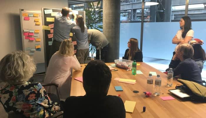 Gruppenarbeit in Sitzungszimmer