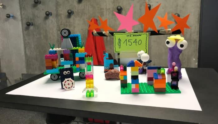 Bunter Lego Prototyp mit ausgeschnittenen Papiersternen