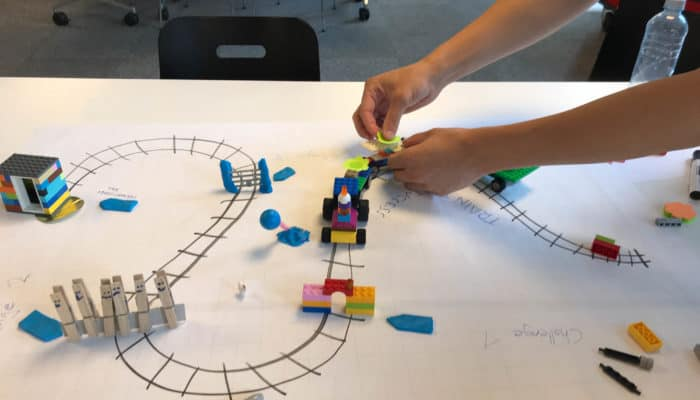 Eisenbahn aus Legos mit Barriere aus Wäscheklammern