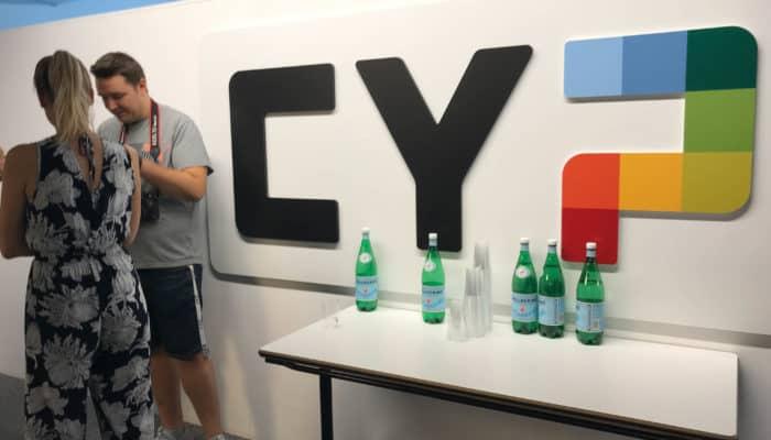 CYP Logo an der Wand
