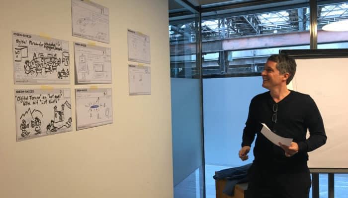 Präsentation mit Skizzen an der Wand