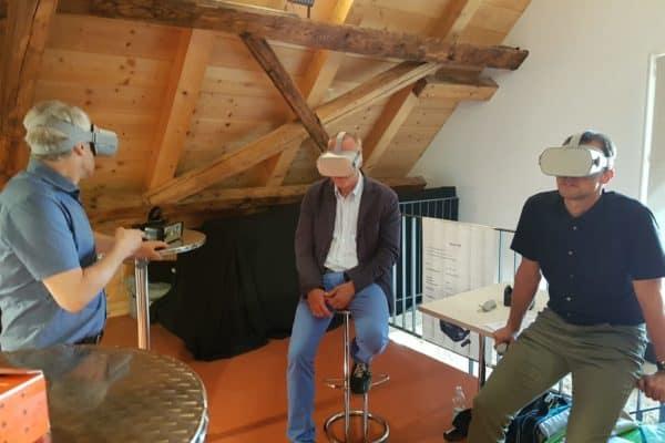 Drei Männer mit virtual reality Brillen