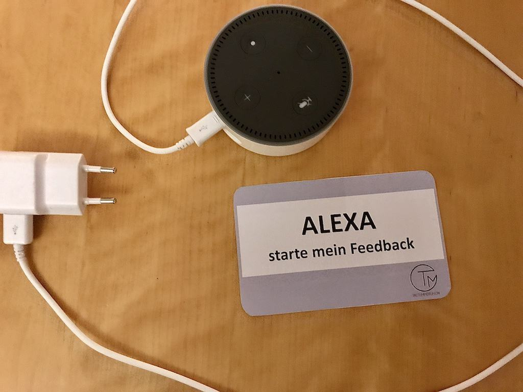 Amazon Echo Dot mit einer Karte