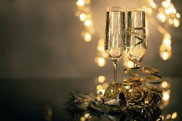 Champagnergläser festlich dekoriert